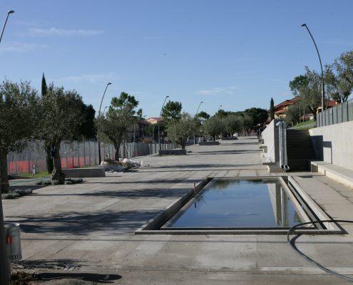 piazze a varie quote, aree attrezzate per la soste ed il gioco, percorsi pedonali e ciclabili, canali e fontane.